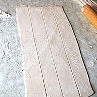 Слоеное тесто нарезанное на полоски - фото